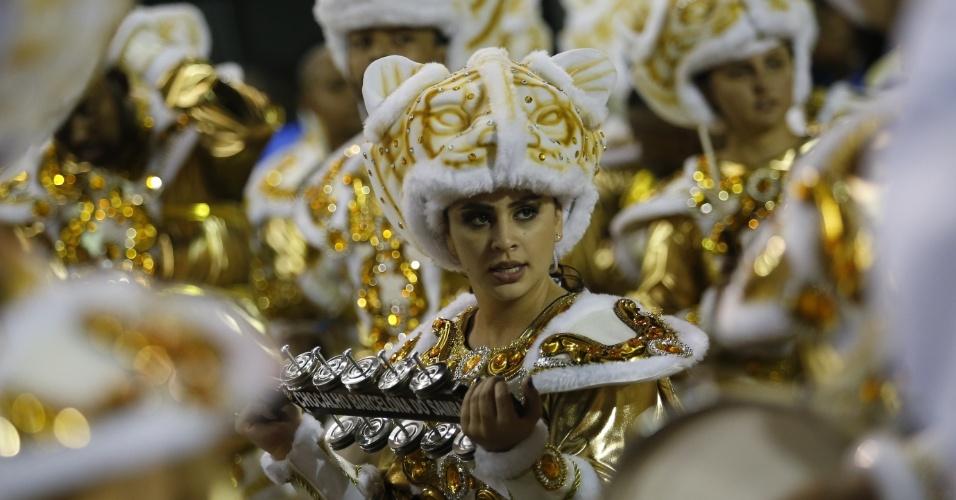 15.fev.2015 - Integrante toca chocalho em desfile da Império de Casa Verde