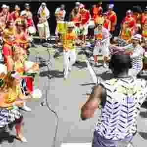 15.fev.2015 - Integrantes da bateria do Bangalafumenga se aquecem para apresentação do bloco no Aterro do Flamengo - Andre Muzell/ UOL