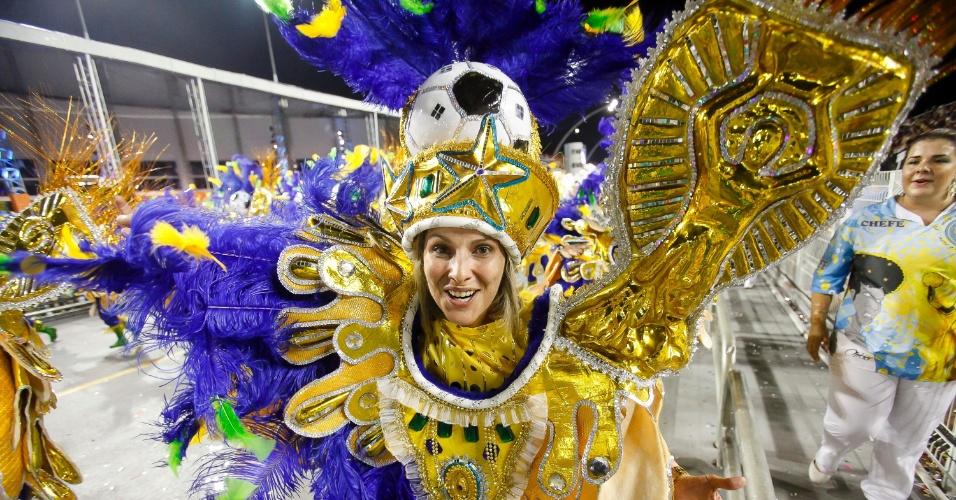 15.fev.2015 - Integrantes da escola de samba Acadêmicos do Tatuapé desfilam na madrugada deste domingo (15), a segunda noite de desfiles no Anhembi. A escola levou à avenida um enredo que conta a história do ouro