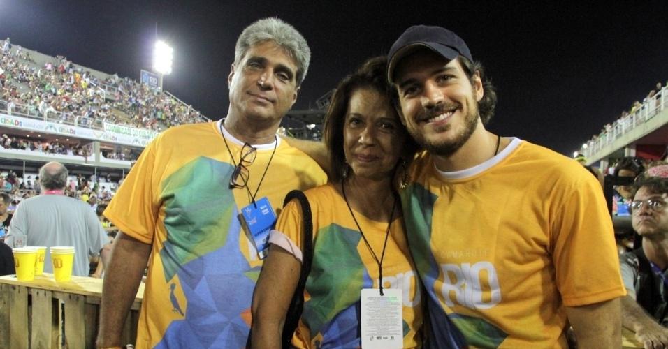 15.fev.2015 - Marco Pigossi leva a mãe e o padrasto para acompanhar os desfiles do grupo de acesso do Rio de Janeiro, na Sapucaí