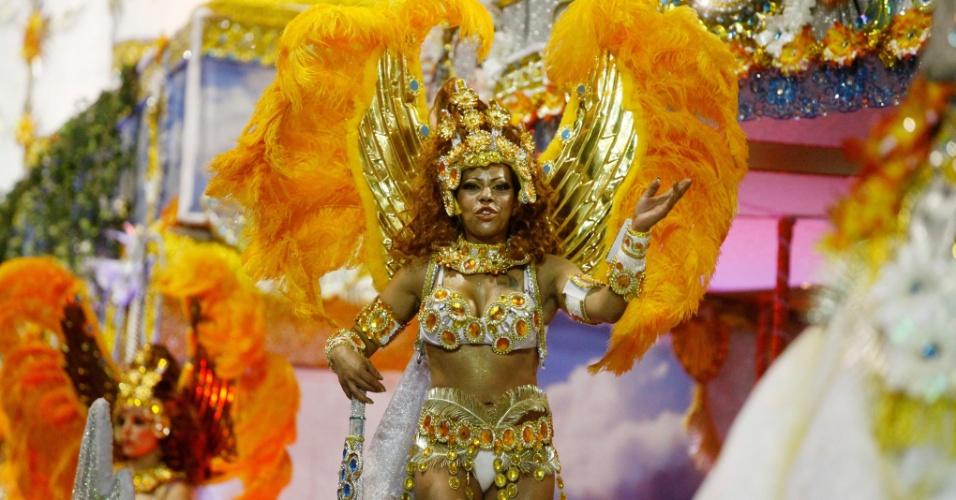 15.fev.2015 - Morena canta enredo durante desfile da Império de Casa Verde