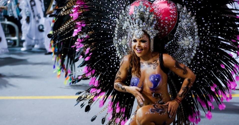 15.fev.2015 - Musa da Vai-Vai, que relembrou a trajetória da artista Elis Regina em seu enredo