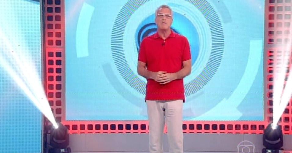 """15.fev.2015 - O apresentador Pedro Bial inicia programa em dia de formação do quarto paredão do """"BBB15"""""""