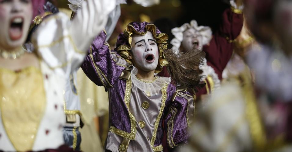 15.fev.2015 - Passista canta samba-enredo da escola durante desfile