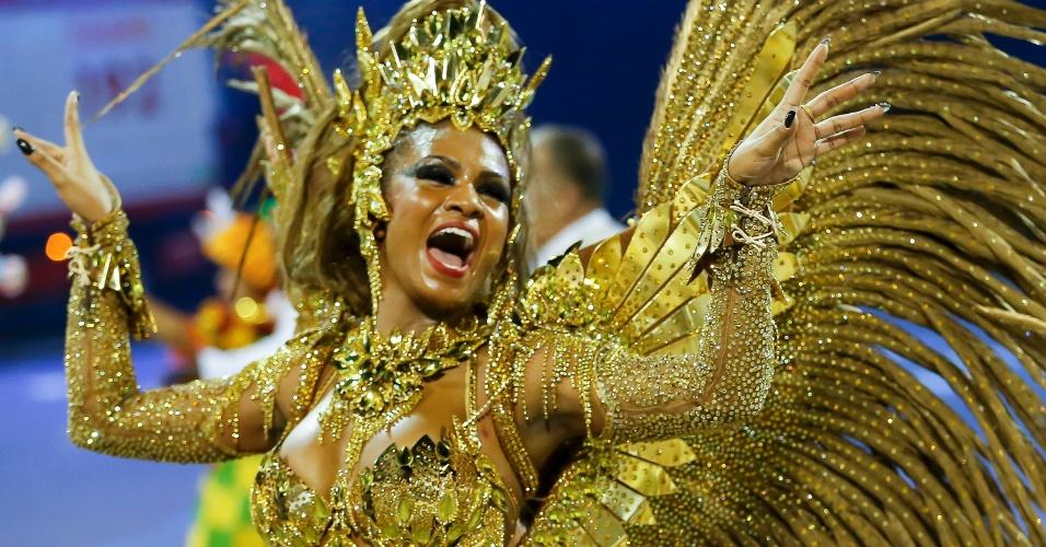 15.fev.2015 - Passista desfila com fantasia toda dourada na passarela do samba