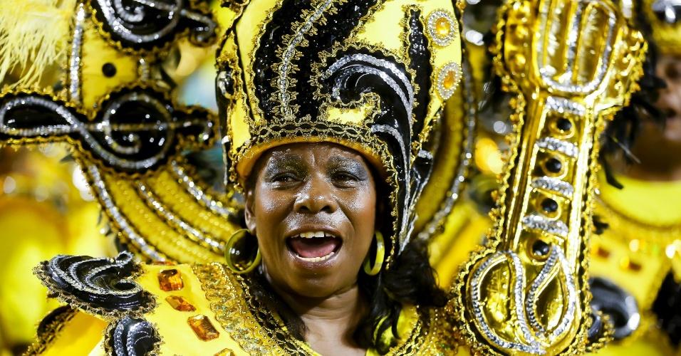 15.fev.2015 - Passista desfila na Vai-Vai, que homenageia a cantora Elis Regina