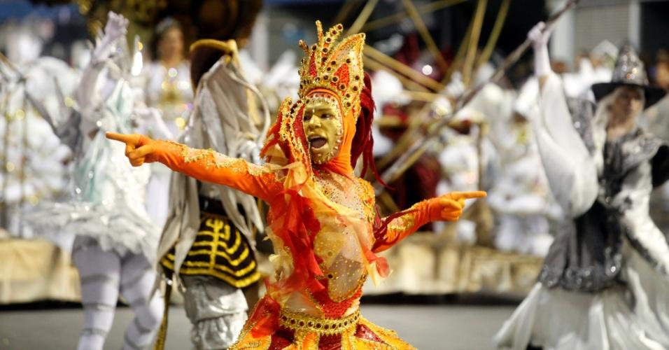 15.fev.2015 - Passista durante desfile da Vai-Vai, que relembrou a trajetória da artista Elis Regina em seu enredo