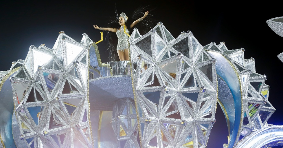 15.fev.2015 - Passista em destaque no carro alegórico da Vai-Vai, que relembrou a trajetória da artista Elis Regina em seu enredo