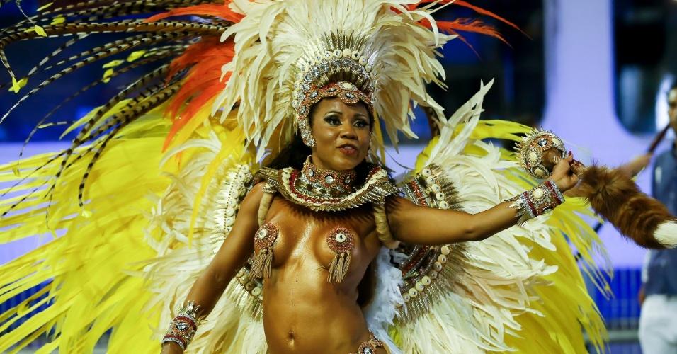 15.fev.2015 - Passista mostra samba no pé em desfile da Império de Casa Verde