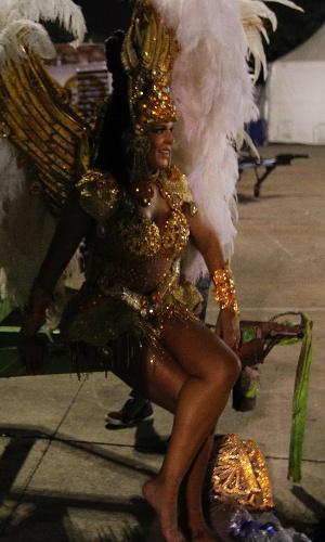 15.fev.2015 - Passista relaxa os pés após 65 minutos de samba pela Império de Casa Verde