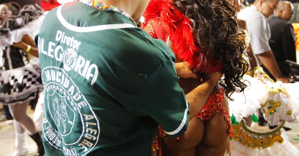 15.fev2015 - Passista tem ajuda para tirar fantasia após desfile da Mocidade Alegre