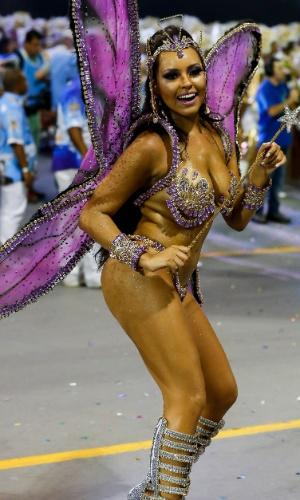 15.fev.2015 - Passista vai para a avenida com fantasia inspirada em fada madrinha