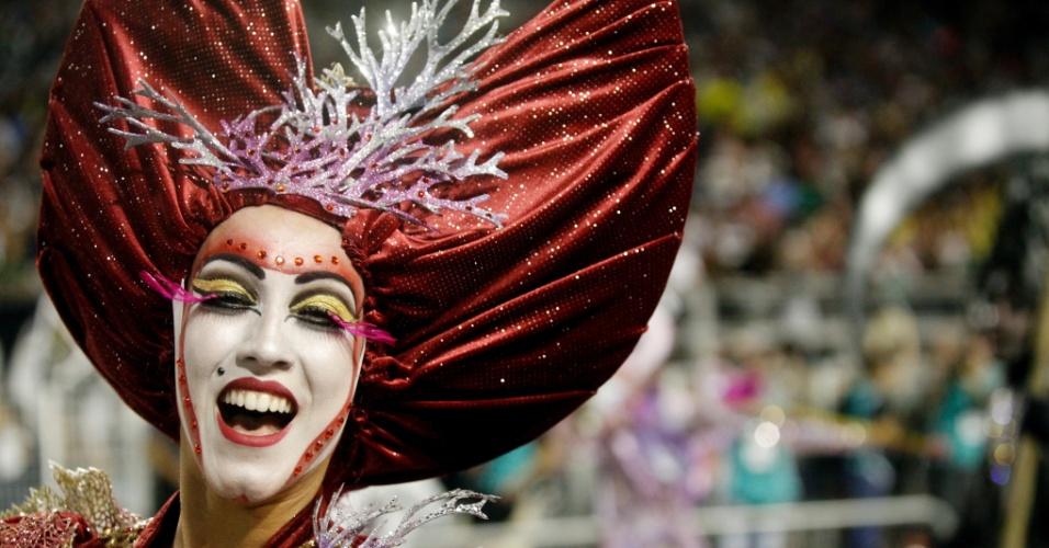 15.fev.2015 - Passistas cantam e dançam no desfile da Vai-Vai, que relembrou a trajetória da artista Elis Regina em seu enredo