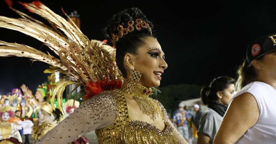 15.fev2015 - A rainha da bateria Aline Oliveira entrando na avenida