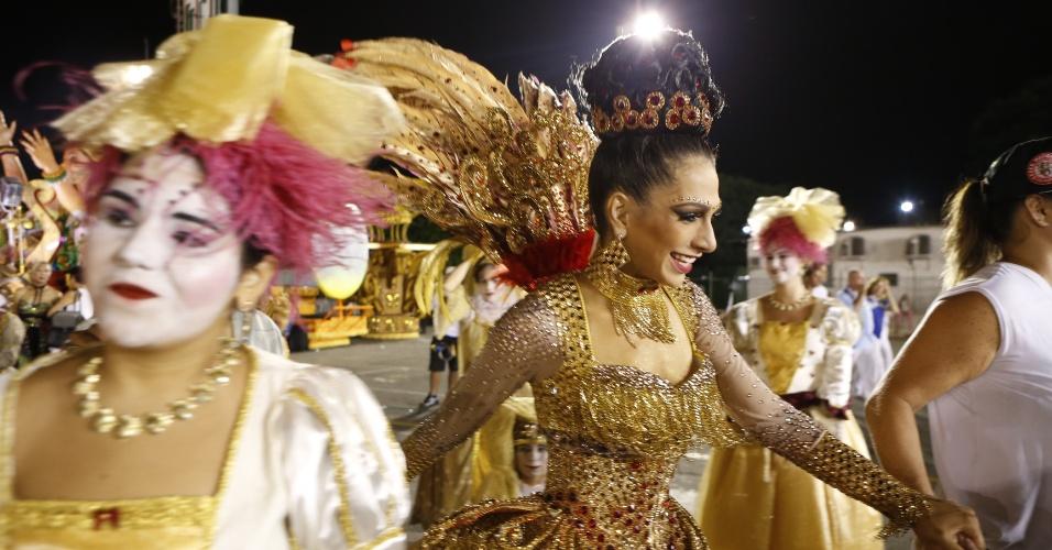 15.fev2015 - A rainha da bateria Aline Oliveira se prepara para desfilar na Mocidade Alegre