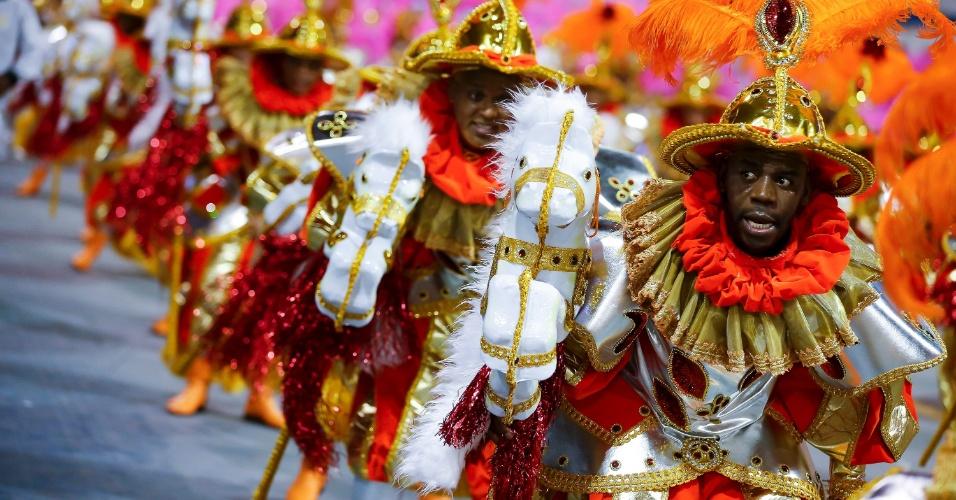 15.fev.2015 - Passistas fazem homenagem a Elis Regina no desfile da Vai-Vai