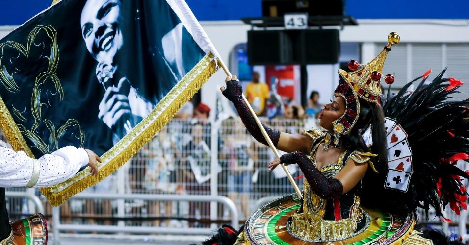15.fev.2015 - Porta-bandeira carrega uma bandeira com foto de Elis Regina durante desfile da Vai-Vai