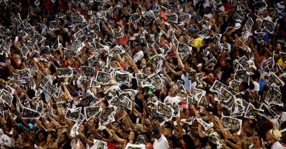 15.fev.2015 - Público entusiasmado  canta o samba-enredo da Vai-Vai, que relembrou a trajetória da artista Elis Regina em seu enredo