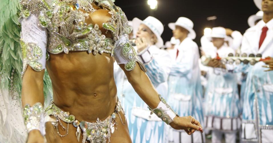15.fev.2015 - Rainha de bateria, Gracyanne Barbosa chama atenção pelo corpo definido