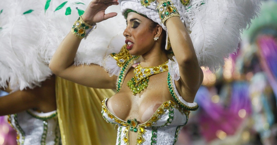 15.fev.2015 - Seio de passista aparece durante desfile Mocidade Alegre