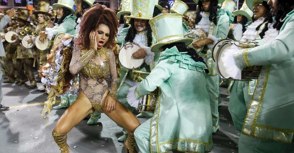 15.fev.2015 - A rainha da bateria Aline Oliveira dança junto dos integrantes