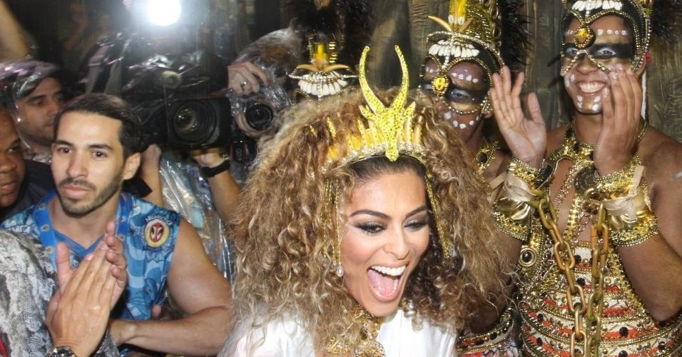 15.fev.2015 - Vestida de guerreira africana, Juliana Paes chega à concentração da Viradouro. A bela será um grande destaque no desfile da agremiação