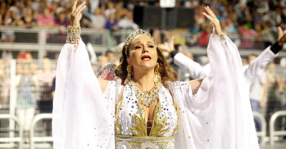 15.fev.2015 - Vestida de princesa, Maria Rita se emociona durante desfile da Vai-Vai. Muito abalada, ela sentiu-se mal ao fim do desfile