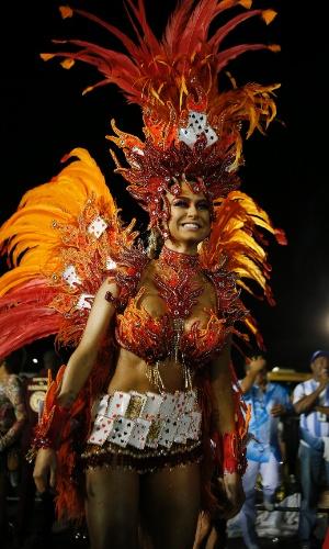 15.fev.2015 - A atriz Thaila Ayala desfila em frente à ala das crianças da Gaviões da Fiel