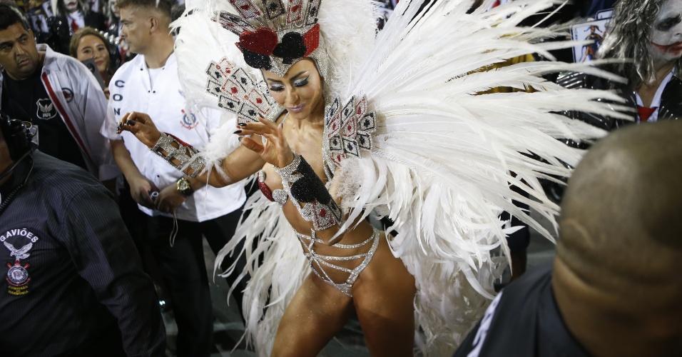 15.fev.2015 - Mesmo assim, Sabrina mostrou desenvoltura à frente da bateria da Gaviões