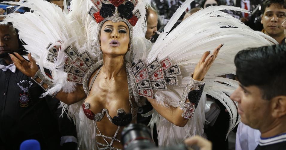 15.fev.2015 - A Madrinha da Bateria Sabrina Sato desfila no sambódromo do Anhembi