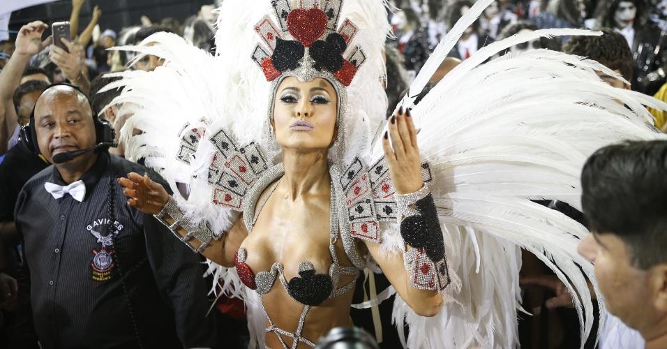 15.fev.2015 - Centro das atenções, a apresentadora Sabrina Sato desfila à frente da bateria da Gaviões da Fiel