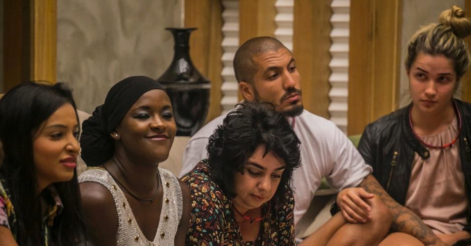 15.fev.2015 - Talita, Angélica, Mariza, Fernando e Aline ficam na sala após anúncio de paredão
