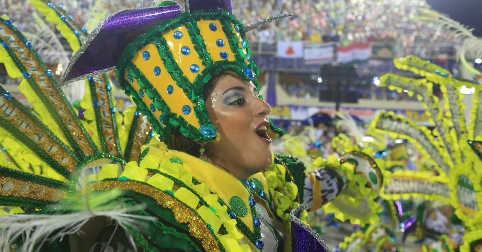 16.fev.20015 - Passista canta o enredo inspirado na música de Paulinho Moska,