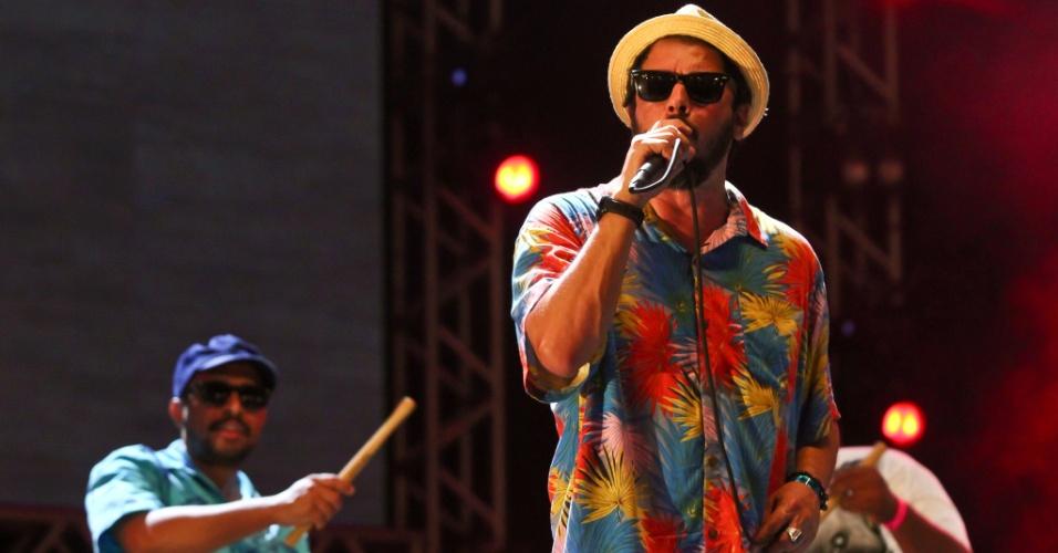 16.fev.2015 - A banda Nação Zumbi fez show na noite de sábado no Marco Zero, em Recife