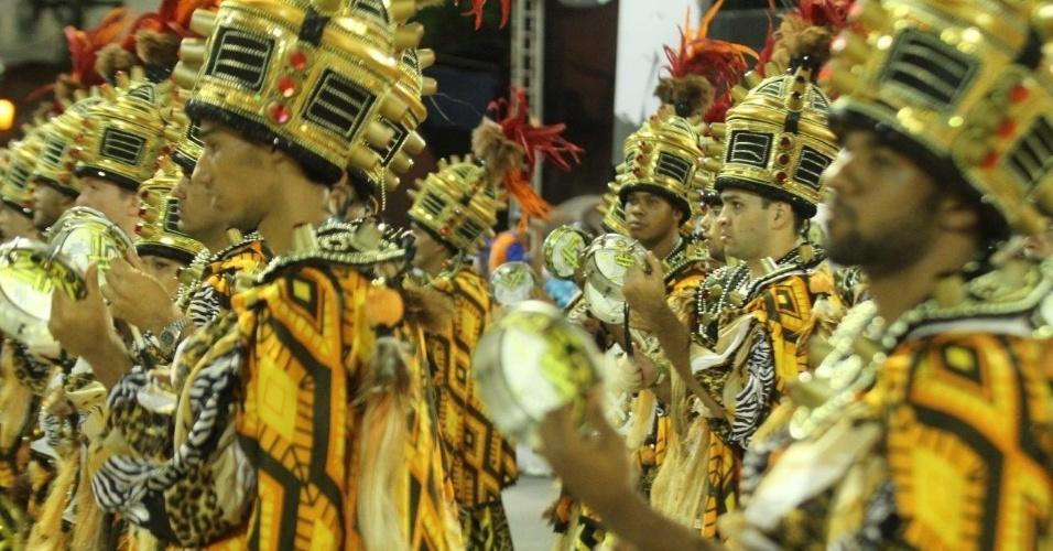 16.fev.2015 - A bateria da São Clemente na Sapucaí, abriu a segunda noite de desfiles no Rio de Janeiro