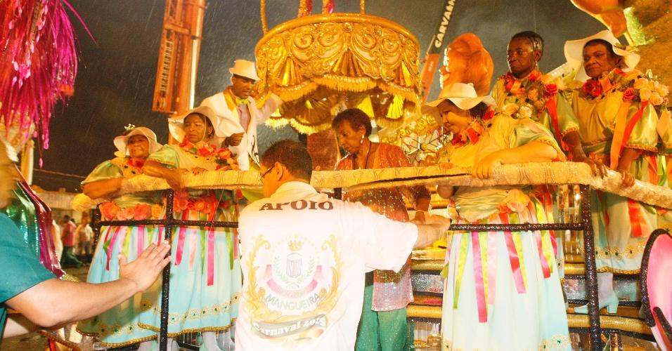 16.fev.2015 - A cantora Lecy Brandão recebe auxílio para descer de carro alegórico da Mangueira após desfile