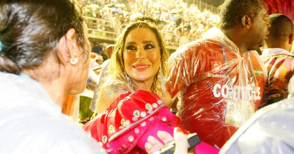 16.fev.2015 - A cantora Rosemary recebe auxílio para descer de carro alegórico da Mangueira após desfile