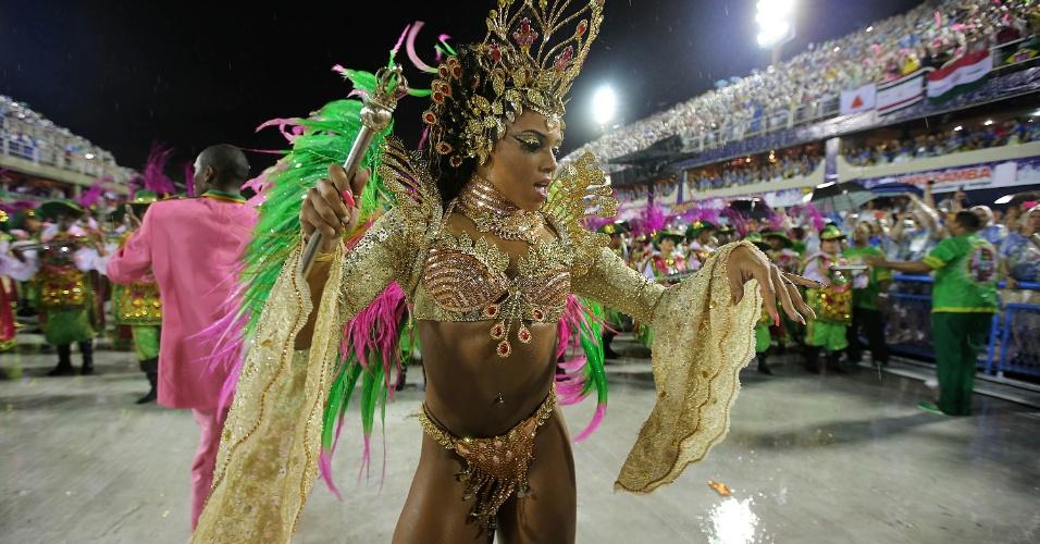 16.fev.2015 - A Rainha de Bateria da Mangueira Evelyn Bastos durante desfile da escola pela Sapucaí