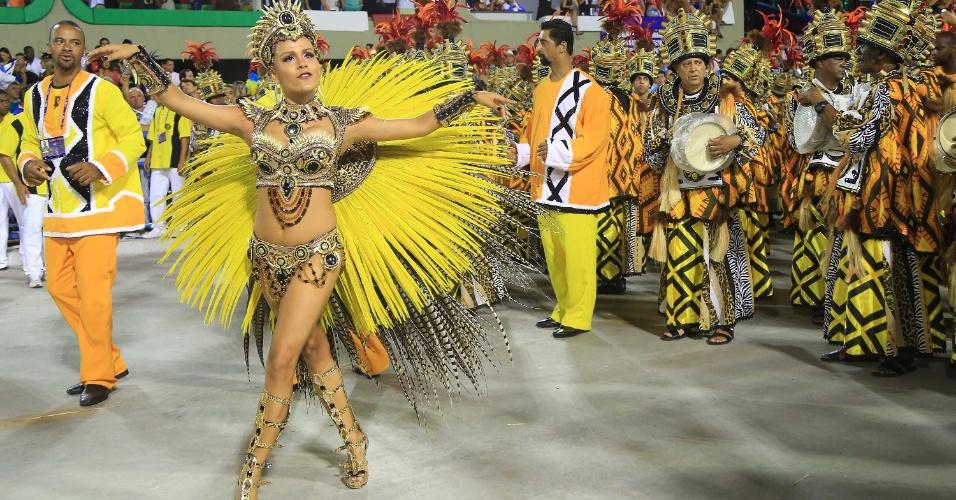 16.fev.2015 - A rainha de bateria Raphaela Gomes