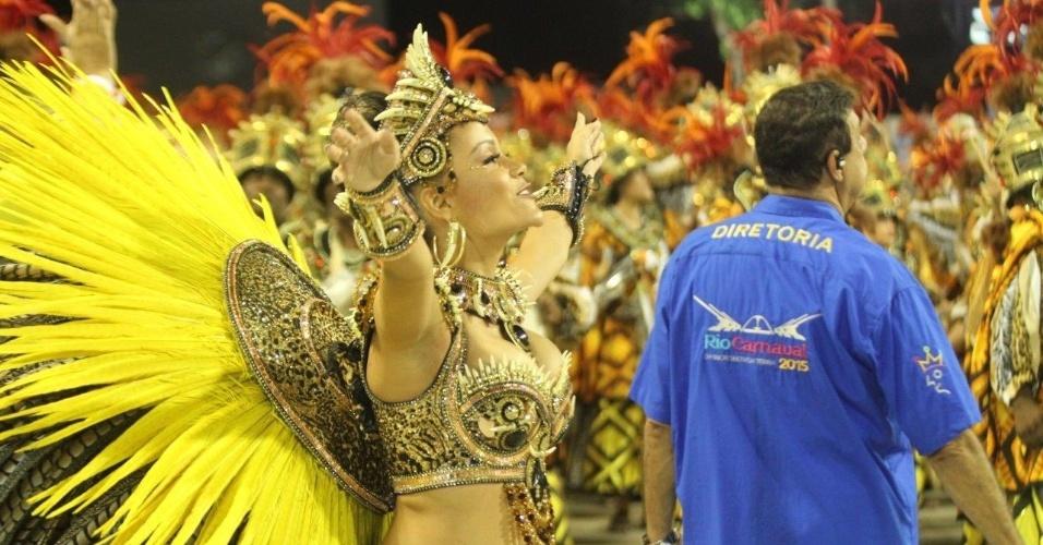 16.fev.2015 - A rainha de bateria Raphaela Gomes, 16 anos, é a mais nova rainha a desfilar no Grupo Especial neste ano