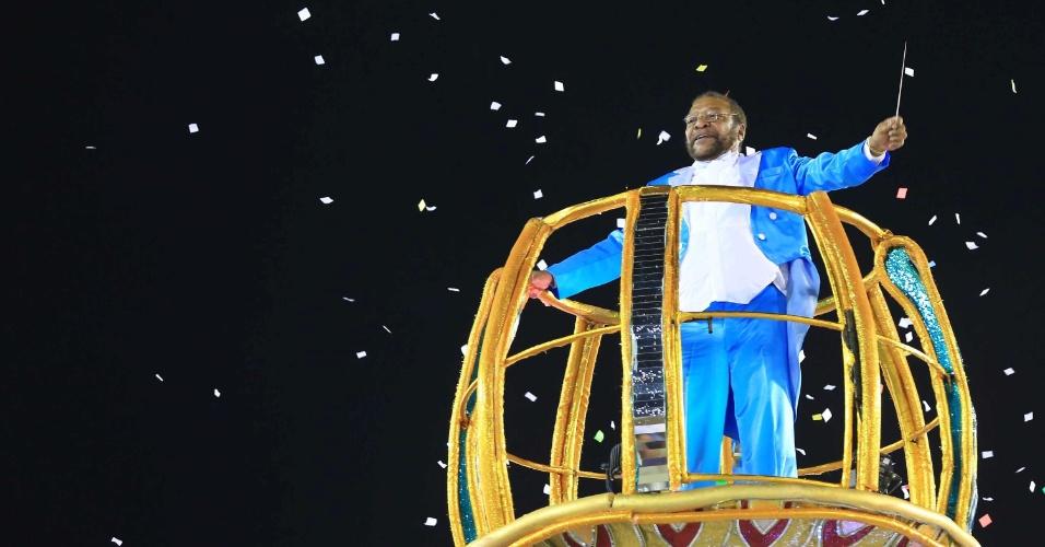 16.fev.2015 - O cantor Martinho da Vila, conhecido como maestro do samba, foi destaque do último carro da Unidos de Vila Isabel