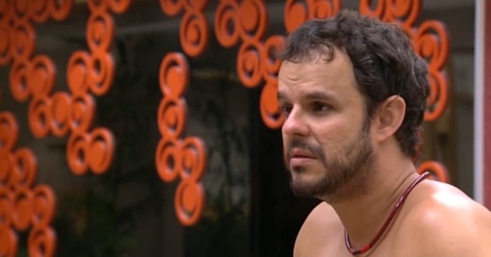 16.fev.2015 - Adrilles diz para Amanda que ela não se resolveu com Fernando, e ela fica irritada