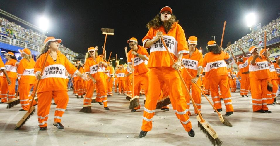 16.fev.2015 - Ala sobre limpeza urbana traz passistas fantasiados de garis