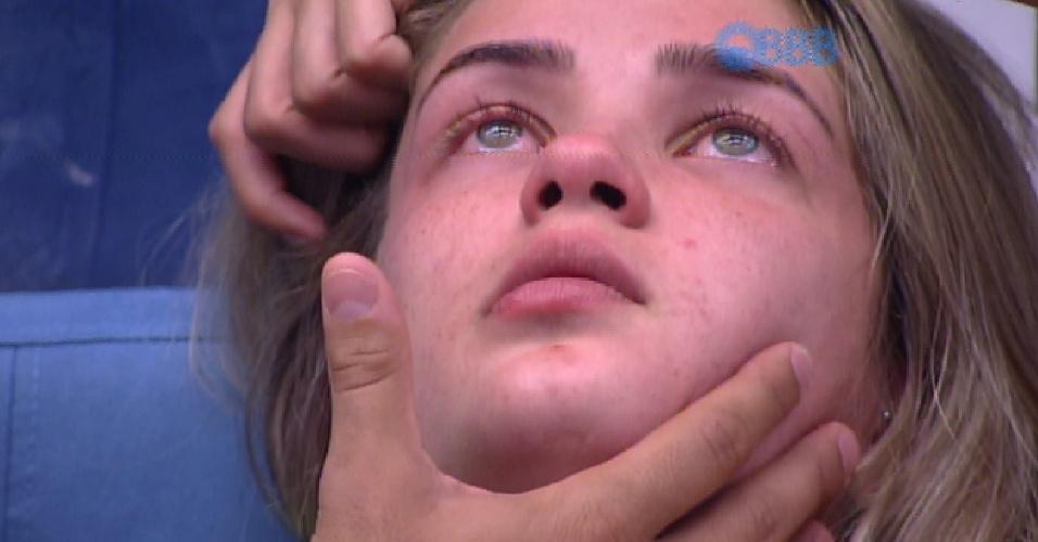 16.fev.2015 - Aline cai no choro após indicação de Luan