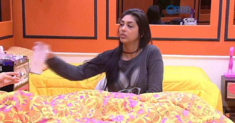 "16.fev.2015 - Amanda critica jeito ""espalhafatoso"" que Cézar reza na casa do ""BBB15"""