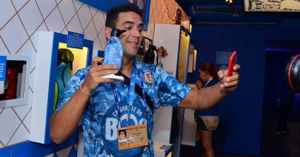 16.fev.2015 - André Marques chega cedo à Sapucaí nesta segunda-feira de Carnaval e faz selfie com pinguim de geladeira