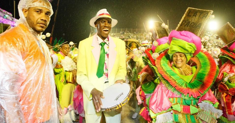 16.fev.2015 - Apesar de chuva, integrantes da Mangueira comemoram chegada à dispersão da Sapucaí após término do desfile