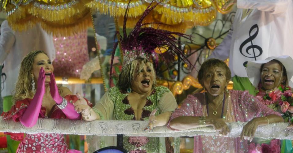 16.fev.2015 - As cantoras Rosemary, Alcione e Lecy Brandão em destaque em cima de carro da Mangueira