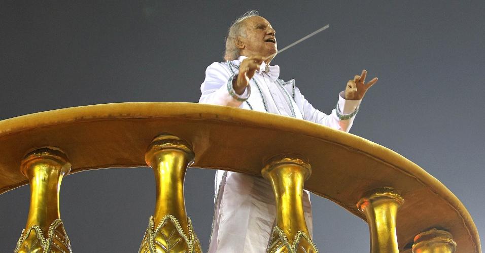 16.fev.2015 - Carro Abre-Alas da Unidos de Vila Isabel representa uma orquestra durante o desfile na Sapucaí