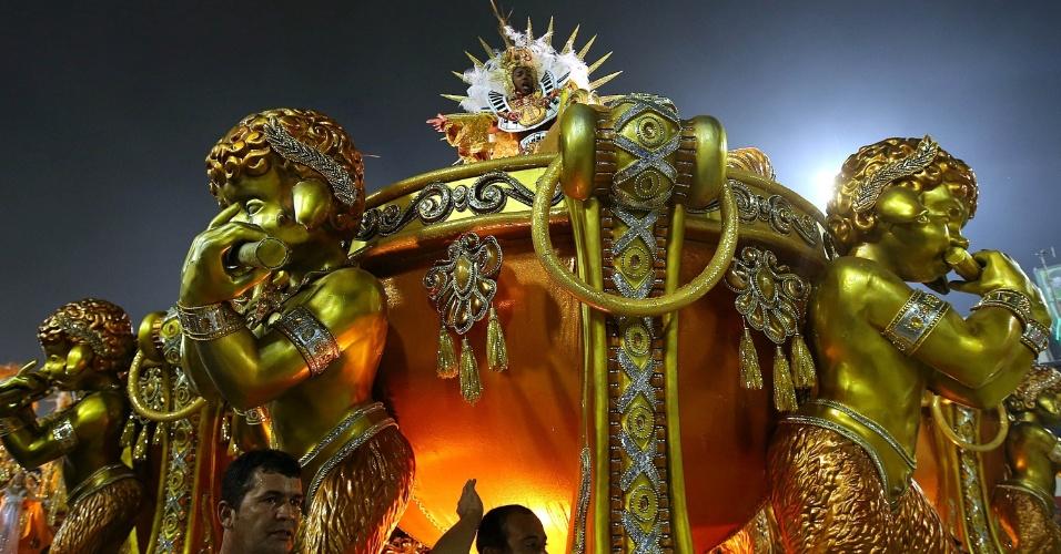 16.fev.2015 - Carro alegórico da Unidos de Vila Isabel durante o desfile na Sapucaí